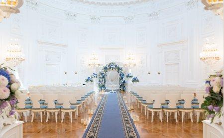 Photo pour Salle de cérémonie de mariage prête pour le couple et les invités - image libre de droit