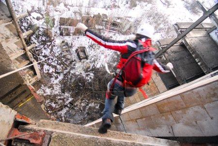 Photo pour ZHELEZNODOROZHNIY, RUSSIE - 2 mars 2008 - Événement de saut à la corde tenu sur le chantier abandonné. Groupes d'amateurs de sport organisent de tels événements pour les amateurs d'adrénaline de partout - image libre de droit