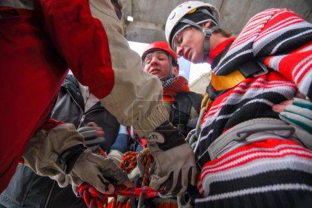 Photo pour ZHELEZNODOROZHNIY, RUSSIE - 9 mars 2008 - Événement de saut à la corde tenu sur le chantier abandonné. Groupes d'amateurs de sport organisent de tels événements pour les amateurs d'adrénaline de partout - image libre de droit