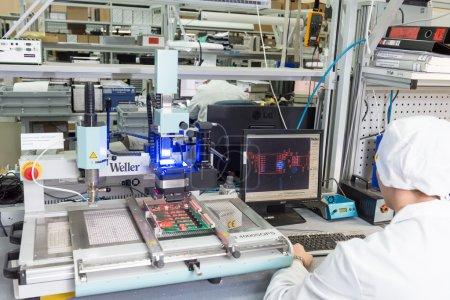 Photo pour Moscou, Russie - 27 novembre 2014 - Production de composants électroniques à haute technologie usine - image libre de droit