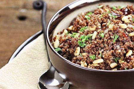 Photo pour Bol de Quinoa Pilaf au persil, pignons et canneberges. - image libre de droit