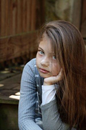 Photo pour Jeune fille regardant directement dans la caméra avec de longs cheveux qui coulent. Profondeur de champ extrêmement faible . - image libre de droit