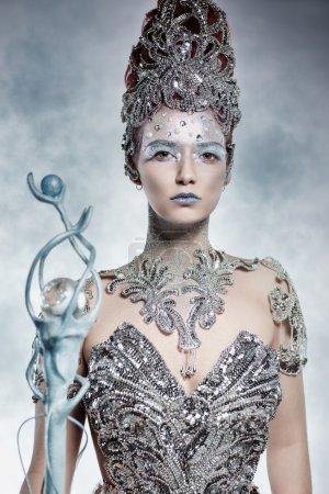 Photo pour Hiver belle sorcière en robe d'argent - image libre de droit