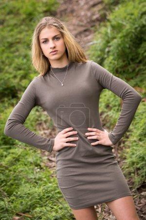 Photo pour Belle adolescente mannequin posant dehors - image libre de droit