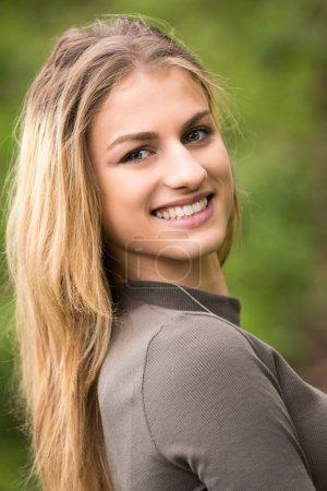 Photo pour Portrait d'une belle adolescente souriante - image libre de droit