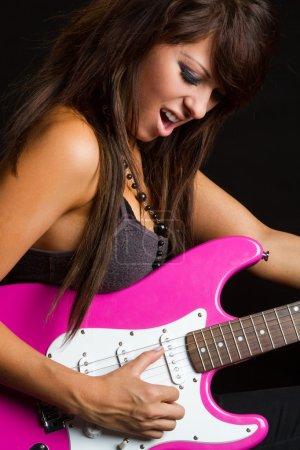 Photo pour Fille de rocker jouer de la guitare électrique - image libre de droit