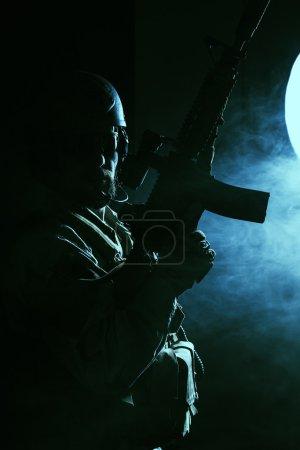 Photo pour Soldat des forces spéciales barbus sur fond sombre - image libre de droit