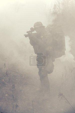 Photo pour Soldat Jagdkommando Forces spéciales autrichiennes en fumée - image libre de droit