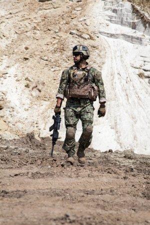 Photo pour Membre de l'équipe Navy SEAL avec des armes en action - image libre de droit