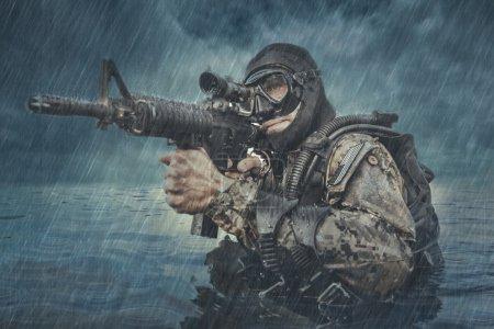 Photo pour Grenouillère Navy SEAL avec équipement de plongée complet et armes dans l'eau - image libre de droit