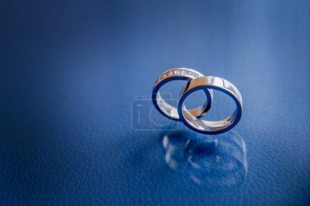 Foto de Anillos de oro sobre la mesa. De la boda - Imagen libre de derechos