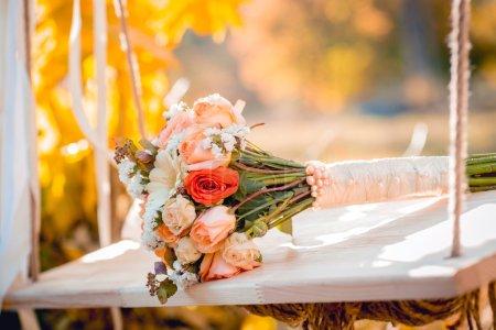Photo pour Beau bouquet de mariage avec des roses, mariage accepter - image libre de droit