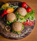 Krásný velký hamburger se zeleninou