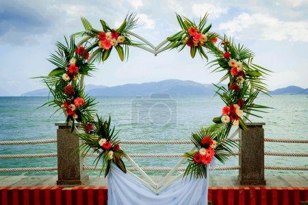 Photo pour Arc de mariage avec des fleurs colorées - image libre de droit