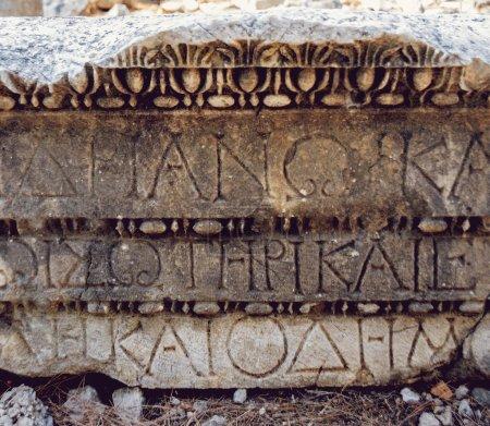 Photo pour Lettres antiques gravées sur une pierre ancienne - image libre de droit