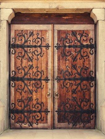 Photo pour Porte d'entrée ancienne traditionnelle - image libre de droit