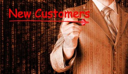 Photo pour Homme d'affaires écrivant de nouveaux clients sur l'écran virtuel - image libre de droit