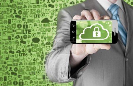 Photo pour Homme détient un téléphone intelligent avec concept de sécurité cloud sur fond blanc - image libre de droit