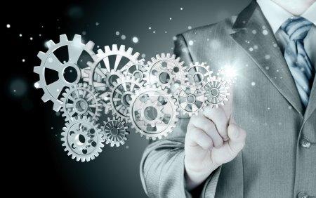 homme d'affaires main toucher l'équipement au concept de succès