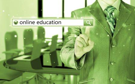 Photo pour Enseignement en ligne écrit dans la barre de recherche sur écran virtuel . - image libre de droit
