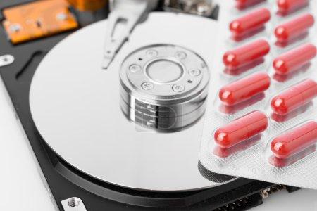 Photo pour Pilules sur disque dur de l'ordinateur, arrière-plan de la technologie concept - image libre de droit
