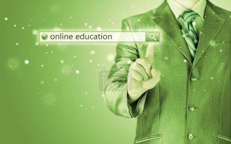 Photo pour Enseignement en ligne écrit dans la barre de recherche sur écran virtuel - image libre de droit