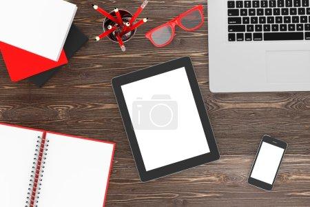 Photo pour Ordinateur portable et de bureau, lieu de travail, vue sur le dessus - image libre de droit