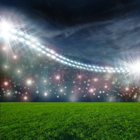 Photo pour Fond de football, stade de football arena de nuit illuminée spots lumineux. champ vert - image libre de droit