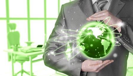 Photo pour Homme d'affaires tenant la Terre entre les mains comme concept Internet - image libre de droit