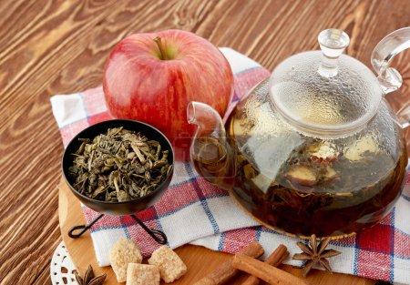 Théière, tasse de thé et friandises