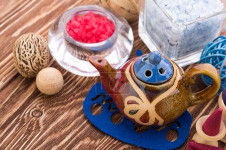 Photo pour Cônes aromatiques, objets d'aromathérapie sur fond bois - image libre de droit