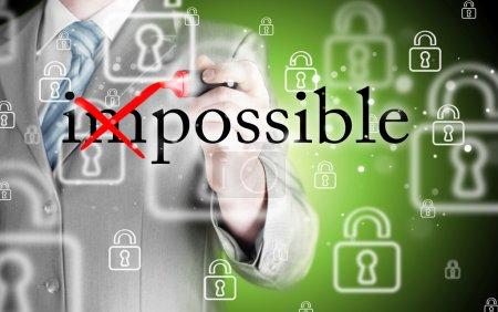 Photo pour Homme d'affaires bien la rotation manuelle du mot impossible en possible avec marqueur rouge - image libre de droit