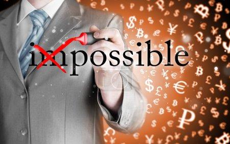 Foto de Empresario Mano convirtiendo la palabra Imposible en Posible con marcador rojo - Imagen libre de derechos