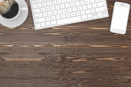 Photo pour Clavier, smartphone et café sur le lieu de travail de la table - image libre de droit