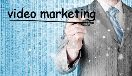 Photo pour Homme d'affaires écriture Marketing vidéo sur écran virtuel - image libre de droit