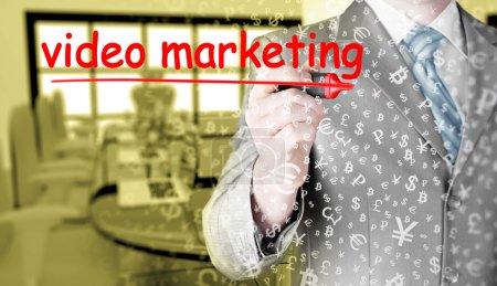 Photo pour Homme d'affaires rédaction marketing vidéo sur écran virtuel - image libre de droit