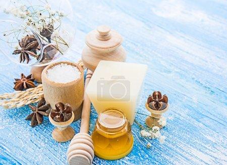 Photo pour Cure thermale - anis étoilé, miel, sel, arrangé avec barre de savon, cailloux sur fond en bois - image libre de droit