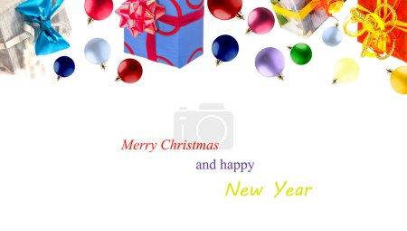 Photo pour Coffret cadeau enveloppé dans du papier bleu avec anneaux rouges et arc en paillettes rose. Les couleurs principales sont le bleu, le rouge et le rose. Thème Vacances et événements . - image libre de droit