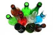 Prázdné barevné skleněné láhve