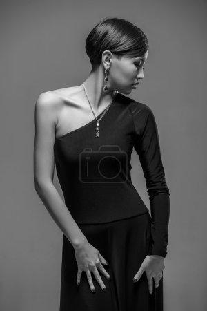 Photo pour Portrait d'une élégante jeune femme asiatique en robe de soirée noire. Coup de mode noir et blanc . - image libre de droit