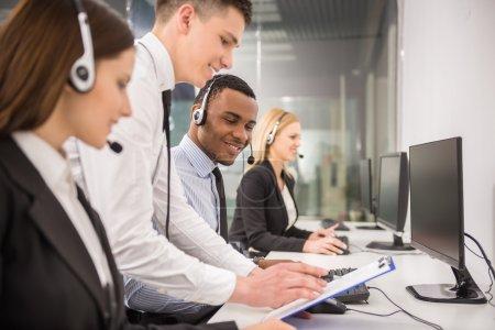 Foto de Director explicando algo a su empleado en un centro de llamadas. - Imagen libre de derechos