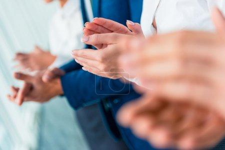 Photo pour Gros plan de mains. Groupe de jeunes gens d'affaires de parler au bureau - image libre de droit