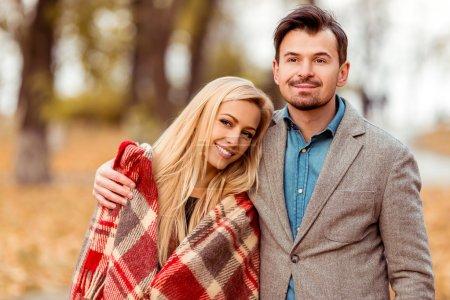 Photo pour Joyeux jeune couple tout en marchant dans le parc d'automne . - image libre de droit
