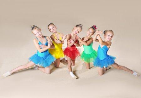Photo pour Groupe de petits danseurs de ballet - image libre de droit