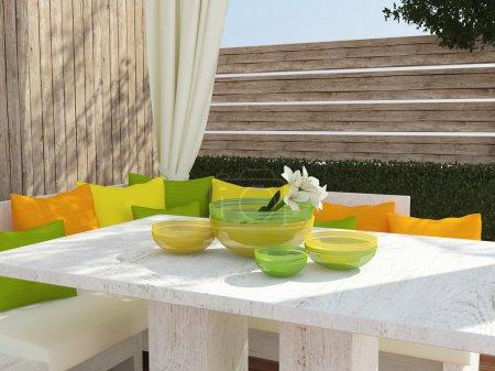Photo pour Terrasse, coin salon avec grand canapé, coussins de couleur et table. - image libre de droit