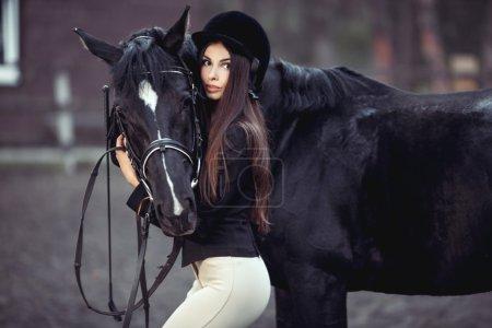 Photo pour Belle jeune fille sourire à son concours d'uniforme de dressage cheval : portrait en plein air - image libre de droit