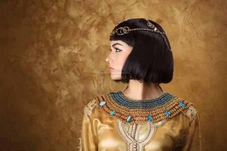 Photo pour Mode beauté élégant Portrait avec une coupe courte noire et de maquillage professionnel de Cléopâtre. Gros plan visage de jolies filles. - image libre de droit