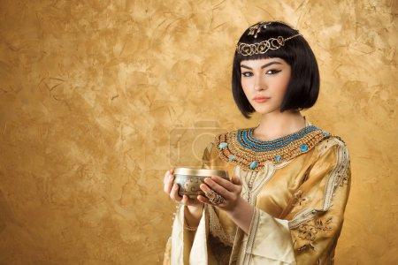 Photo pour Mode Portrait beauté élégante tenue de coupe. Gros plan visage de jolies filles. - image libre de droit