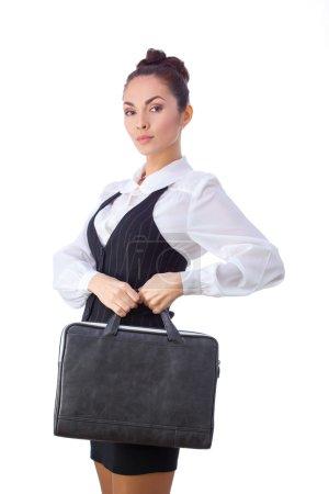 Photo pour Femme d'affaires caucasienne sérieuse réussie ou professeur avec la mallette. Cette photo a été réalisée avec ces professionnels : maquilleuse, coiffeuse et styliste. Un retoucheur professionnel a donné - image libre de droit
