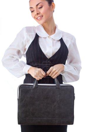Photo pour Femme d'affaires caucasienne réussie ou professeur avec la mallette. Cette photo a été réalisée avec ces professionnels : maquilleuse, coiffeuse et styliste. Un retoucheur professionnel lui a donné le - image libre de droit